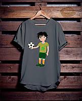 Серая мужская футболка с принтом Мальчик-футболист