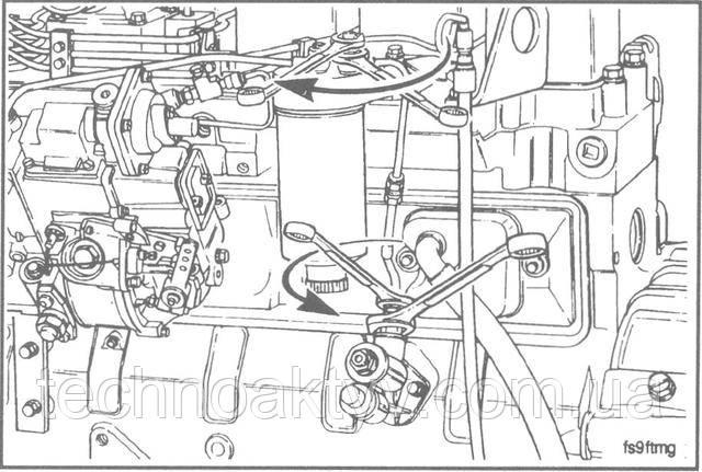 Ключи 14 мм, 17 мм, 20 мм  Отсоедините топливопровод оттопливоподкачивающего насоса и головки фильтра. При отсоединении топливопровода от насоса пользуйтесь двумя ключами.