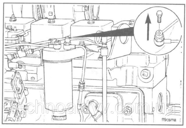 Ключ 10 мм  Выверните болт крепления дренажного топливопровода к головке топливного фильтра.  Выверните болт крепления к кронштейну.