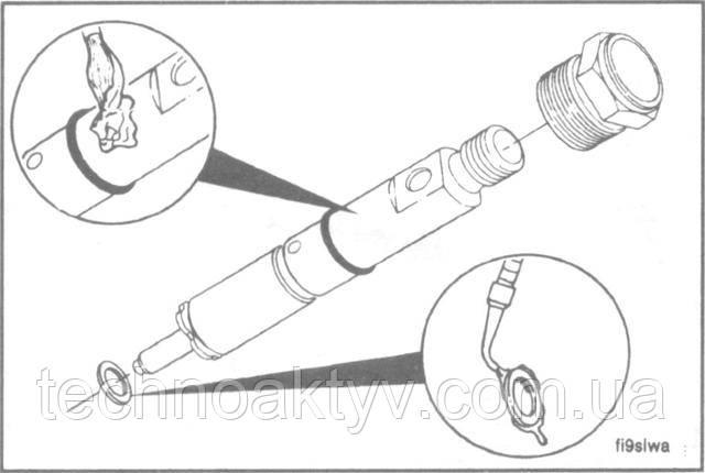 Смажьте уплотняющие кромки противозадирным составом. Подберите вместе комплект: форсунку, уплотняющую втулку, новую уплотняющую медную шайбу и прижимную гайку.   Примените только одну медную шайбу.  ПОЛЕЗНЫЙ СОВЕТ: Нанесение небольшого количества моторного масла 15W-40 между шайбой и форсункой поможет удержать шайбу от падения при установке форсунки.
