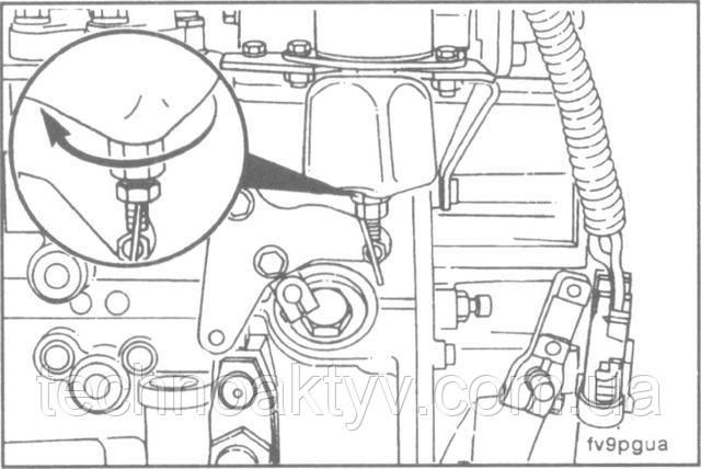 Ключ 10 мм, 16 мм  Отрегулируйте рычажный механизм электромагнита таким образом, чтобы шток втягивался магнитом при абсолютно полном передвижении рычага ограничения подачи топлива в рабочее положение. Для проведения регулировок поворачивайте большой шестигранник на конце штока.