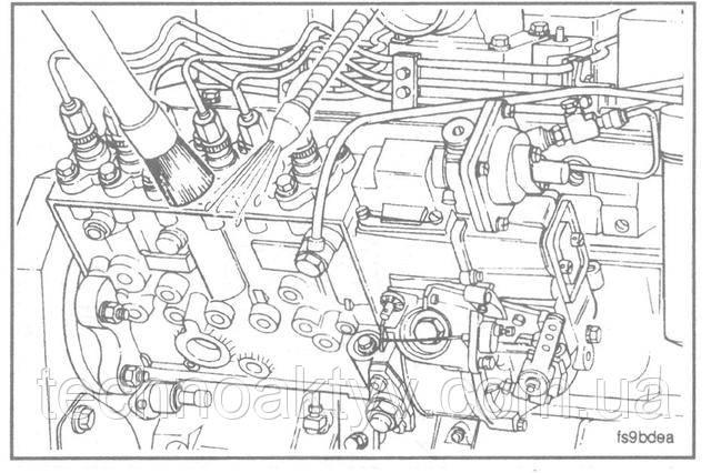 Примечание:Дизельный двигатель очень чувствителен к попаданию грязи или воды в систему питания топливом. Мельчайшие частица грязи или несколько капель воды в системе топлива могут остановить двигатель.  Очистите от грязи все наружные поверхности топливного насоса высокого давления, включая все соединения топливопроводов и крепежные детали, которые необходимо отсоединить. Во избежание попадания грязи в картер двигателя очистите все поверхности, непосредственно прилегающие к кожуху распределительных шестерен.