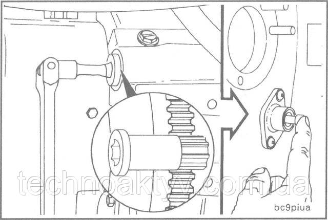 ПРИМЕЧАНИЕ:После установки поршня первого цилиндра в положениемертвой точки (TDC) не забудьте вернуть палец в исходное положение, выведя его из зацепления с шестерней.  Шестерня для проворачивания коленчатого вала входит в картер маховика и вступает в зацепление с зубчатым венцом маховика. После этого коленчатый вал можно проворачивать вручную при помощи храпового или шарнирного ключа с квадратным хвостовиком 1/2 дюйма.