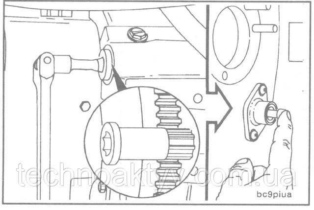 Поршень первого цилиндра должен быть в положении верхней мертвой точки (TDC).  Шестерня для проворачивания коленчатого вала входит в картер маховика и вступает в зацепление с зубчатым венцом маховика. После этого коленчатый вал можно проворачивать вручную при помощи храпового или шарнирного ключа с квадратным хвостовиком 1/2 дюйма.