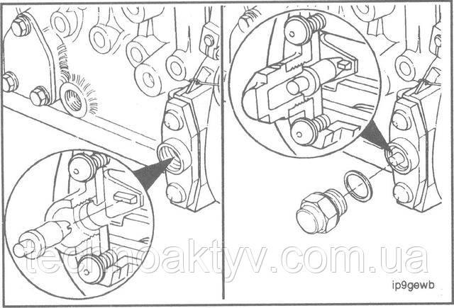 Поверните фиксатор таким образом, чтобы его пазом можно было попасть на зуб установки момента впрыскивания топлива.  Установите фиксатор на место и закройте отверстие колпачковой гайкой.