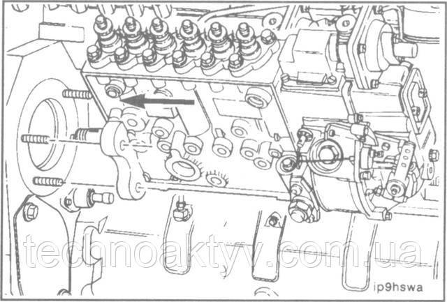 ПРИМЕЧАНИЕ:Навале привода ТНВД Р7100 предусмотрена возможность установки сегментной шпонки, хотя это и не требуется. Не требуется также совмещения меток установки момента впрыскивания топлива на ведущей шестерне насоса Р7100.  Введите вал насоса в отверстие ведущей шестерни и насадите фланец насоса на установочные шпильки.  Подтолкните насос дальше, чтобы установочный фланец и уплотнительное кольцо вошли в отверстие картера шестерен.