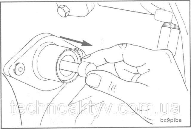 Выведите из зацепления с маховиком палец фиксации верхней мертвой точки в первом цилиндре.