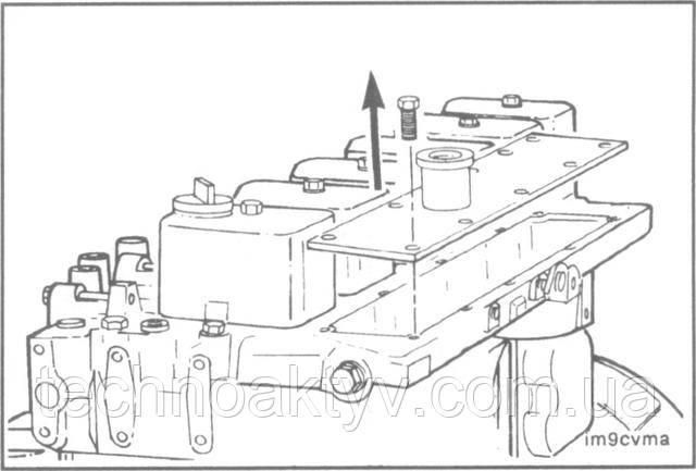 Ключ 10 мм  Снимите крышку коллектора и прокладку.  ПРИМЕЧАНИЕ:Во избежание попадания инородных частиц в камеру сгорания закройте отверстие впуска воздуха.