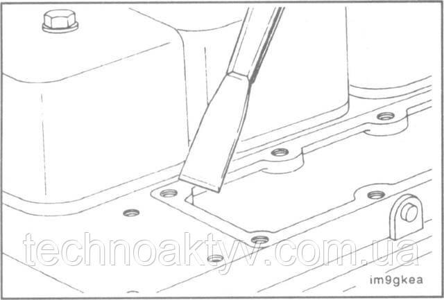 Ключ 10 мм  Снимите корпус охладителя и прокладку.  Во избежание попадания инородных частиц в отверстие впуска воздуха заглушите отверстие чистой ветошью.