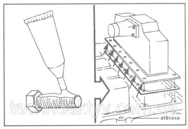 ПРИМЕЧАНИЕ:Показанные на рисунке отверстия - сквозные, поэтому их необходимо герметизировать, для чего нанесите на болты некоторое количество герметика на основе жидкого тефлона.  Установите корпус охладителя с новой прокладкой.  Крутящий момент затяжки: 24 Н • м [18ft-lb]