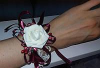Свадебный цветок для свидетельницы на руку (цвет - бордовый  марсала)