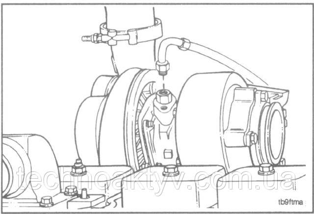 Ключ 16 мм  Снимите подводящий маслопровод.
