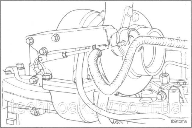 Если турбокомпрессор имеет перепускную заслонку, отсоедините трубопровод магистрали, управляющей заслонкой, от камеры.