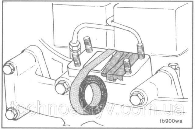 ПРИМЕЧАНИЕ:Если не предполагается немедленная замена турбокомпрессора, заглушите отверстие во избежание попадания посторонних предметов в коллектор.