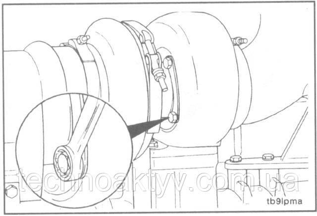 Ключ 13 мм  Если нужно, то отогните замковые пластины и ослабьте болты крепления корпуса турбины, затем поверните корпус подшипника так, чтобы можно было установить сливной маслопровод турбокомпрессора.