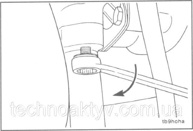 Ключ 13 мм  К сливному трубопроводу подсоедините шланг, сильно не затягивая его хомутом. Затем установите сливной трубопровод с прокладкой на турбокомпрессор.  Крутящий момент затяжки:24 Н • м [18 ft-lb]