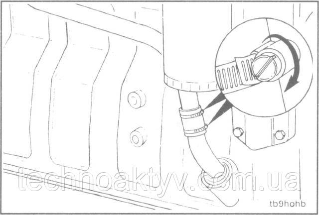 Отвертка  Поверните сливной шланг турбокомпрессора так, чтобы подсоединить сливные трубопроводы; затяните хомуты.