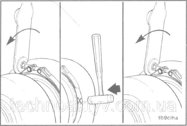 Ключ 11 мм, пластиковый молоток  Затяните ленточный хомут с моментом 8,5 Н м [75 in-lb], для лучшей посадки постучите по нему пластиковым молотком и снова затяните с моментом 8,5 Н м [75 in-lb].
