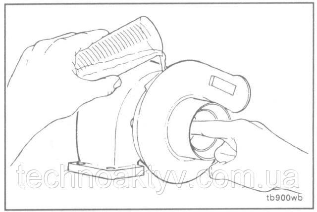 Внимание ! Во избежание поломки подшипника необходимо предварительно смазать новые турбокомпрессоры перед пуском двигателя.  Залейте в отверстие для подводящего маслопровода 50-60 куб см [2 to 3 ounces] чистого моторного масла и проверните колесо турбины, чтобы масло попало в корпус подшипника.