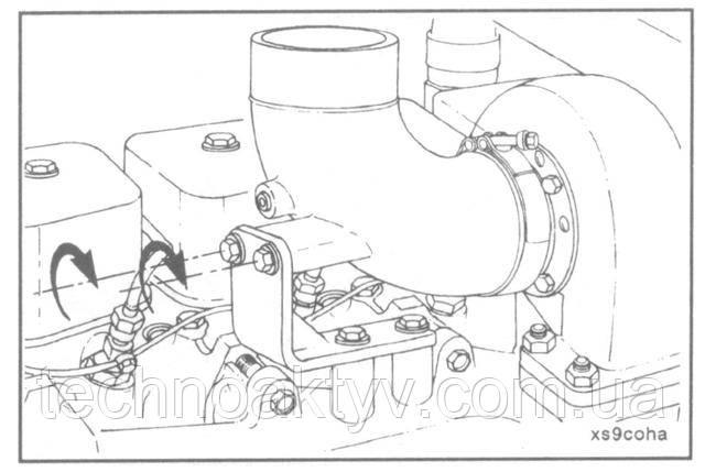 Установите выпускной патрубок.  Два установочных болта затягивайте только после затяжки ленточного хомута.  Крутящий момент затяжки:ленточного хомута  -8 Н • м [ 6 ft-lb] болтов  -43 Н • м [32 ft-lb]