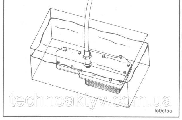Для проверки герметичности подайте давление на элемент до 690 кПа [100 psi].