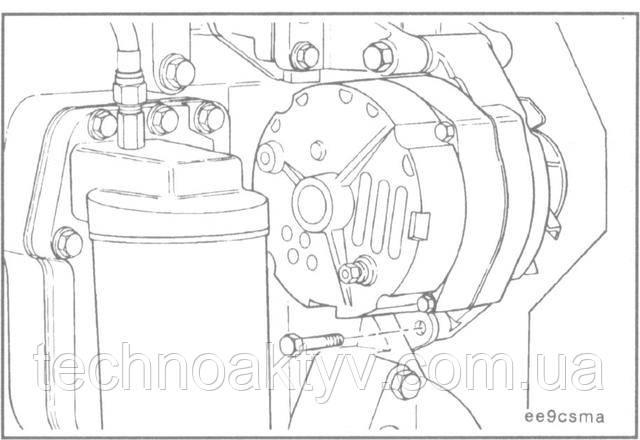 Установите генератор на кронштейн и закрепите его установочными болтами.  Пока не затягивайте болты.