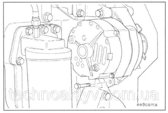 Прикрепите натяжную планку к генератору, затянув от руки.  ПРИМЕЧАНИЕ:Убедитесь в правильности установки натяжной планки, т.к. это влияет на выравнивание ремня.