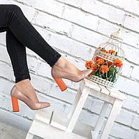 Яркие кожаные туфли на каблуке