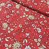 Ткань с бежевыми цветами на красном фоне