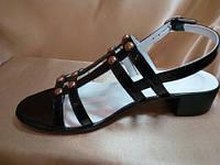 Босоножки женские лаковые на низком каблуке