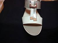 Босоножки женские кожаные на низком каблуке
