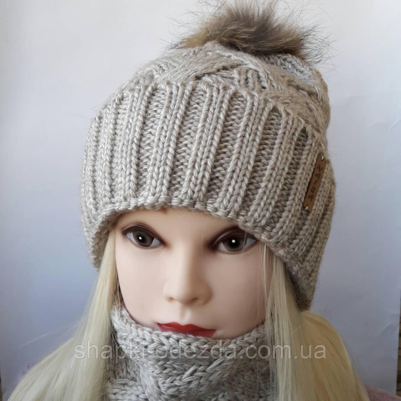 молодежная вязаная шапка с бафом и натуральным помпоном енота