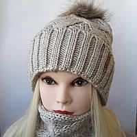 Молодежная вязаная шапка с бафом и натуральным помпоном енота ( Плетенка )