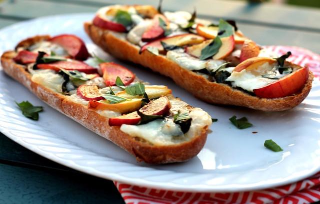Мини пицца с персиком