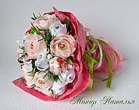 Букет ручний з ніжних троянд і цукерок
