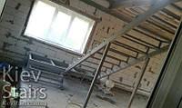 Черновой каркас лестницы с низкой площадкой и разворотом на 180 гр