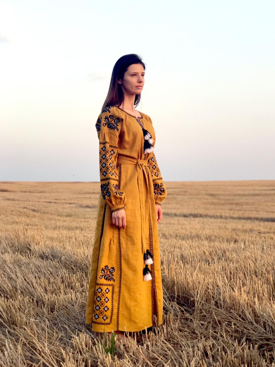 Вишите лляне довге гірчичне плаття з машинною вишивкою