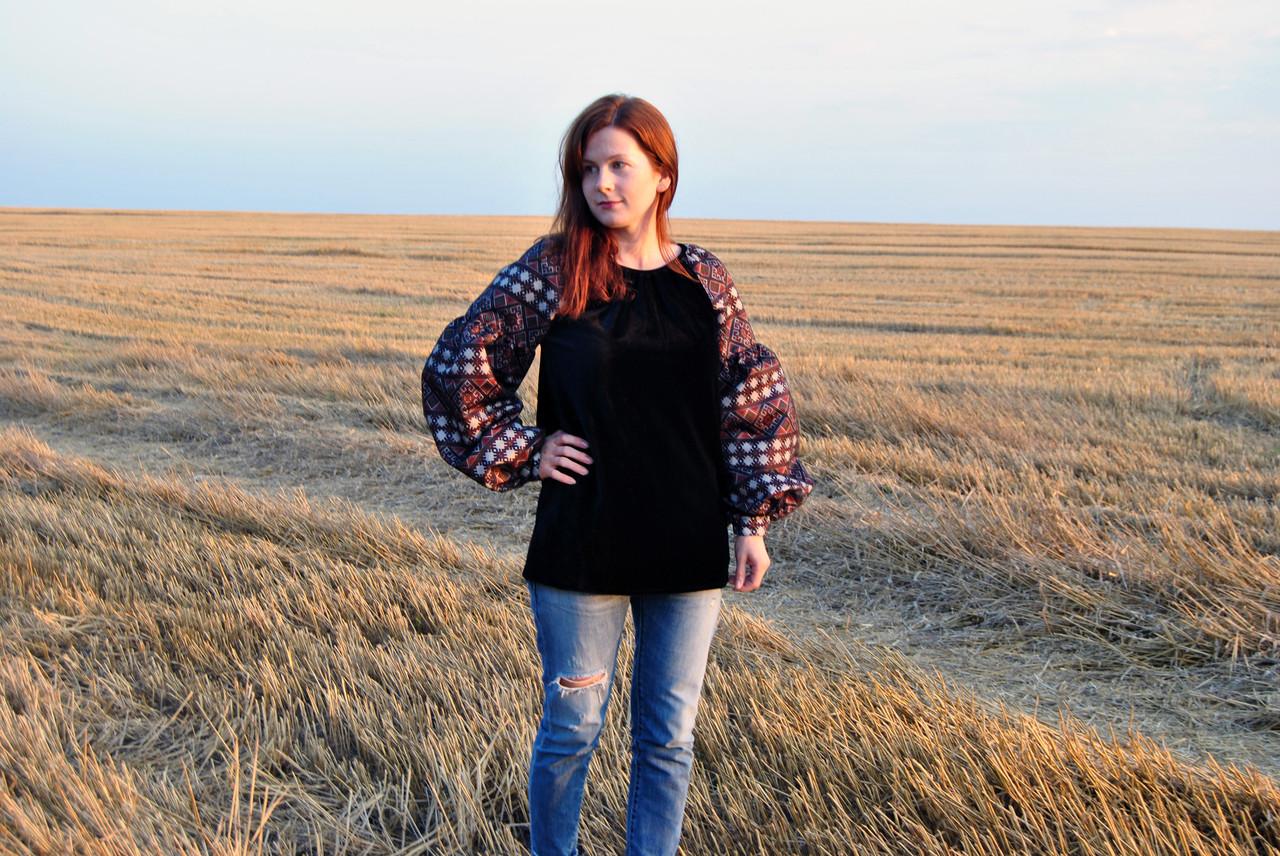 Жіноча оригінальна блузка на велюрі чорного кольору з етнічними рукавами
