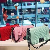 Женская мятная и красная сумка Шанель Бой