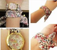 Часы на шифоновой ленте с цветочным рисунком.