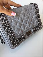 Женская серая сумка с цепями Шанель
