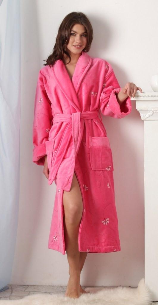 4bbe8f7c77ee8 Теплый длинный халат, выполненный из махры, – красивая и практичная модель.  Халат, который носится на запах, удобен в повседневной носке и согреет, ...