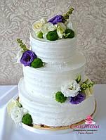Кремовый свадебный тортв фиолетовом цвете
