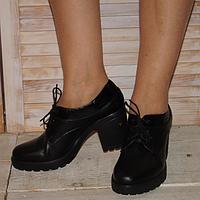 Туфли женские из натуральной кожи декорированы натуральным лаком, на устойчивом каблуке