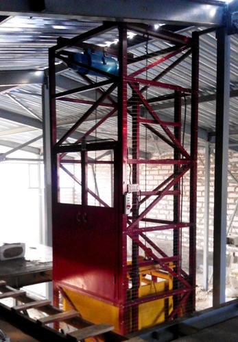 Складской шахтный грузовой подъёмник электрический г/п 1500 кг.  Подъёмники-лифты под заказ.
