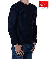 Зимний свитер темно-синего цвета.