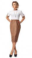 Женское платье-футляр бело-коричневого цвета длиной миди, коллекция осень 2017