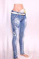 Женские джинсы  с порватостями и стразами