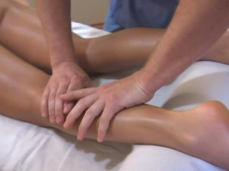 После завершения массажа стоп плавно переходим по ходу тока лимфы на икроножную мышцу и проводим её разминание.
