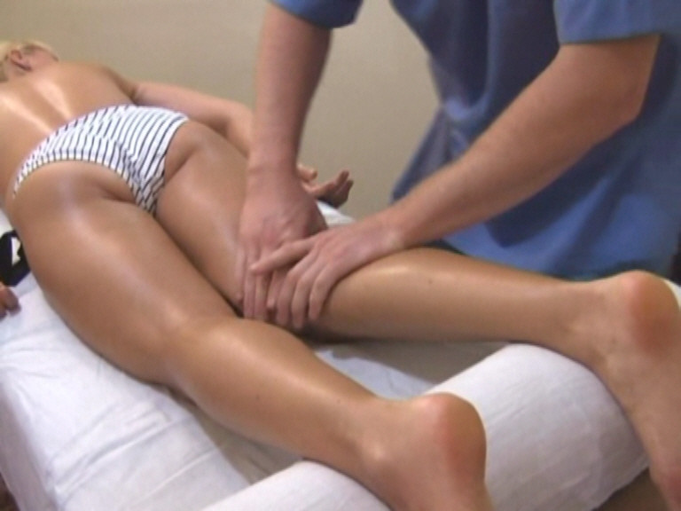 Очень часто массаж икроножной мышцы делают вместе из массажем бедер и ягодиц, это не имеет особого значения, главное чтобы это делалось в правильном направлении, по ходу тока лимфы, избегая сильных надавливаний на зоны лимфа узлов.